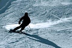 Αναδρομικά φωτισμένη σκιαγραφία του ατόμου δράσης άσκησης χειμερινό αθλητισμό κλίσεων χιονιού σκι στον πηγαίνοντας γρήγορο και επ Στοκ φωτογραφία με δικαίωμα ελεύθερης χρήσης