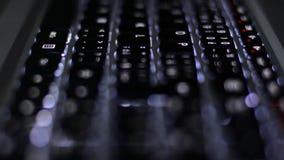 Αναδρομικά φωτισμένος στενός επάνω πληκτρολογίων φιλμ μικρού μήκους
