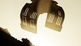 Αναδρομικά φωτισμένο hydrolic demoltion grabber σε μια πολύ σκονισμένη ατμόσφαιρα Στοκ Φωτογραφία