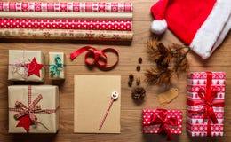 Αναδρομικά Χριστούγεννα, άποψη γραφείων άνωθεν με την επιστολή στο santa, έννοια Χριστουγέννων Στοκ Φωτογραφίες