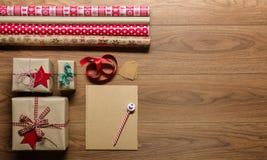 Αναδρομικά Χριστούγεννα, άποψη γραφείων άνωθεν με την επιστολή στο santa, έννοια Χριστουγέννων Στοκ Εικόνες