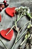 Αναδρομικές καρδιές βαλεντίνων υποβάθρου στο ξύλο Στοκ Φωτογραφία