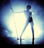 αναδρομικές νεολαίες γυναικών ύφους τραγουδιστών Στοκ Εικόνα