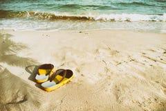 Αναδρομικές παντόφλες στην τροπική παραλία το καλοκαίρι Στοκ Φωτογραφία