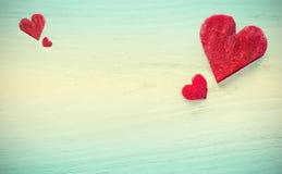 Αναδρομικές τυποποιημένες καρδιές φιαγμένες από τεύτλο στο ξύλινο υπόβαθρο Στοκ Εικόνες