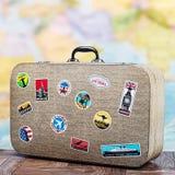 Αναδρομική βαλίτσα με τα stikkers στο πάτωμα Στοκ φωτογραφία με δικαίωμα ελεύθερης χρήσης