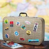 Αναδρομική βαλίτσα με τα stikkers στο πάτωμα Στοκ Εικόνες