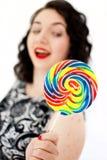 Αναδρομική γυναίκα με ένα lollipop στοκ φωτογραφία με δικαίωμα ελεύθερης χρήσης
