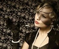 Αναδρομική γυναίκα με το πούρο. Πορτρέτο όμορφου ξανθού μόδας. Στοκ Φωτογραφία