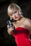 Αναδρομική γυναίκα που δείχνει το πυροβόλο όπλο Στοκ Εικόνες