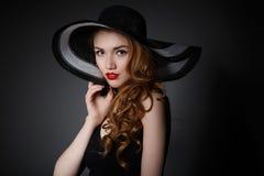 Αναδρομική γυναίκα στο εκλεκτής ποιότητας πορτρέτο μόδας καπέλων Στοκ φωτογραφίες με δικαίωμα ελεύθερης χρήσης