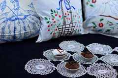 Αναδρομική εγχώρια γωνία με τα cupcakes Στοκ Φωτογραφίες
