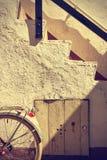 Αναδρομική λεπτομέρεια ποδηλάτων ροδών και παλαιά σκαλοπάτια κόκκινος τρύγος ύφους κρίνων απεικόνισης Στοκ φωτογραφία με δικαίωμα ελεύθερης χρήσης