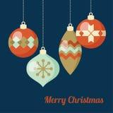 Αναδρομική ευχετήρια κάρτα Χριστουγέννων, πρόσκληση Κρεμώντας σφαίρες Χριστουγέννων, μπιχλιμπίδια, διακοσμήσεις Επίπεδο σχέδιο επ Στοκ Φωτογραφίες