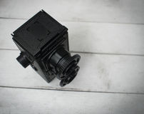 Αναδρομική κάμερα στο άσπρο ξύλινο υπόβαθρο στοκ φωτογραφία