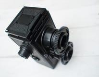 Αναδρομική κάμερα στο άσπρο ξύλινο υπόβαθρο στοκ φωτογραφίες