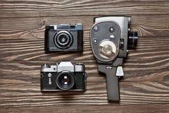 Αναδρομική κάμερα SLR, αποστασιόμετρο και μηχανική κάμερα κινηματογράφων Στοκ φωτογραφία με δικαίωμα ελεύθερης χρήσης