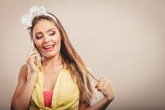 Αναδρομική καρφίτσα επάνω στην ομιλία κοριτσιών στο κινητό τηλέφωνο Στοκ φωτογραφίες με δικαίωμα ελεύθερης χρήσης