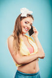 Αναδρομική καρφίτσα επάνω στην ομιλία κοριτσιών στο κινητό τηλέφωνο Στοκ εικόνες με δικαίωμα ελεύθερης χρήσης