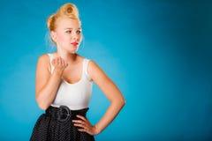 Αναδρομική καρφίτσα επάνω στο κορίτσι που στέλνει το φιλί Στοκ φωτογραφία με δικαίωμα ελεύθερης χρήσης