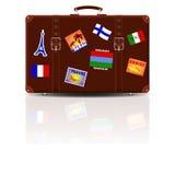 Αναδρομική καφετιά βαλίτσα δέρματος με τις αυτοκόλλητες ετικέττες από τα ταξίδια του Στοκ εικόνες με δικαίωμα ελεύθερης χρήσης