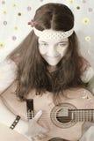 αναδρομική κιθάρα κοριτσιών εφήβων της δεκαετίας του '60 Στοκ Φωτογραφίες