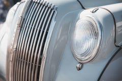 Αναδρομική κινηματογράφηση σε πρώτο πλάνο προβολέων αυτοκινήτων Στοκ φωτογραφία με δικαίωμα ελεύθερης χρήσης