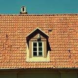 Αναδρομική κόκκινη στέγη κεραμιδιών του παλαιού σπιτιού στοκ φωτογραφίες