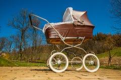 Αναδρομική μεταφορά μωρών ύφους υπαίθρια την ηλιόλουστη ημέρα Στοκ φωτογραφία με δικαίωμα ελεύθερης χρήσης