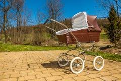 Αναδρομική μεταφορά μωρών ύφους υπαίθρια την ηλιόλουστη ημέρα Στοκ εικόνες με δικαίωμα ελεύθερης χρήσης