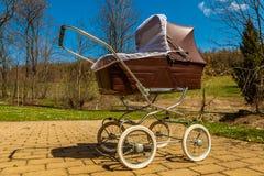 Αναδρομική μεταφορά μωρών ύφους υπαίθρια την ηλιόλουστη ημέρα Στοκ Εικόνες
