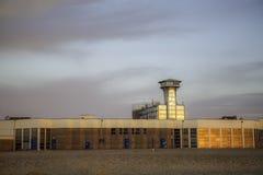 Αναδρομική μητρόπολη scifi - κτήρια προκυμαιών συμπεριλαμβανομένου του ελέγχου στοκ εικόνες