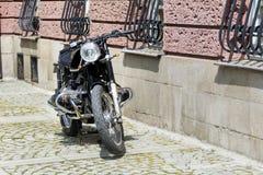 Αναδρομική μοτοσικλέτα στην οδό Στοκ Φωτογραφίες