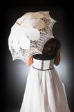 Αναδρομική νύφη με την ομπρέλα δαντελλών Στοκ φωτογραφία με δικαίωμα ελεύθερης χρήσης