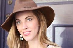 Αναδρομική πανέμορφη ξανθή κομψή νέα γυναίκα Στοκ εικόνες με δικαίωμα ελεύθερης χρήσης