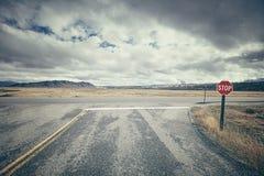 Αναδρομική τυποποιημένη οδική διατομή με το σημάδι στάσεων μια νεφελώδη ημέρα, Στοκ φωτογραφίες με δικαίωμα ελεύθερης χρήσης