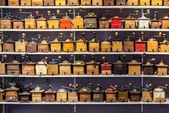 Αναδρομικοί μύλοι καφέ που ευθυγραμμίζονται στις σειρές Στοκ Εικόνες