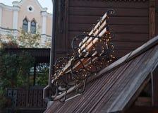 Αναδρομικοί πάγκος και γιρλάντες Στοκ εικόνα με δικαίωμα ελεύθερης χρήσης