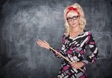 Αναδρομικός δάσκαλος με τον ξύλινο δείκτη Στοκ φωτογραφία με δικαίωμα ελεύθερης χρήσης