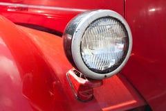 Αναδρομικός αυτοκίνητος λαμπτήρας Κόκκινο υπόβαθρο σωμάτων αυτοκινήτων Στοκ Εικόνες