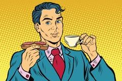 Αναδρομικός επιχειρηματίας που τρώει το σάντουιτς προγευμάτων, καφέ και λουκάνικων απεικόνιση αποθεμάτων