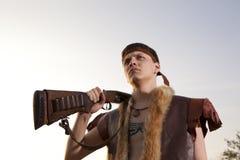 Αναδρομικός κυνηγός έτοιμος να κυνηγήσει με το τουφέκι κυνηγιού Στοκ Εικόνες
