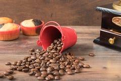 Αναδρομικός μύλος καφέ, φλυτζάνι καφέ μύλων καφέ, σοκολάτα cupcake, muffins, φασόλια καφέ Ξύλο backg Στοκ εικόνες με δικαίωμα ελεύθερης χρήσης