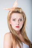 Αναδρομικός προσδιορισμός κοριτσιών μόδας καρφιτσών επάνω ξανθός Στοκ φωτογραφία με δικαίωμα ελεύθερης χρήσης