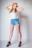 Αναδρομικός προσδιορισμός κοριτσιών μόδας καρφιτσών επάνω ξανθός Στοκ φωτογραφίες με δικαίωμα ελεύθερης χρήσης