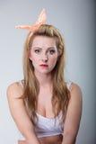 Αναδρομικός προσδιορισμός κοριτσιών μόδας καρφιτσών επάνω ξανθός Στοκ Εικόνες