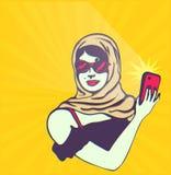 Αναδρομικός τρύγος clipart: Γοητευτική όμορφη κυρία που παίρνει selfie με τη κάμερα smartphone διανυσματική απεικόνιση