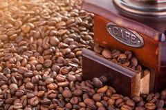 Αναδρομικός χειρωνακτικός μύλος καφέ στον καφέ στοκ εικόνα