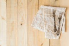 Αναδρομικό δίκρανο στη τοπ άποψη υφασμάτων λινού σχετικά με το ξύλινο υπόβαθρο Στοκ Εικόνες