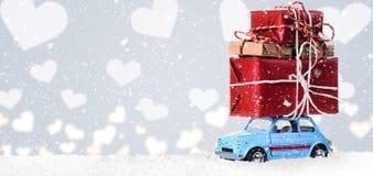Αναδρομικό αυτοκίνητο παιχνιδιών με την καρδιά βαλεντίνων Στοκ φωτογραφία με δικαίωμα ελεύθερης χρήσης